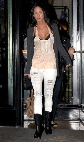 """Джессика Альба сочетает  """"рваные """" джинсы с яркими аксессуарами и..."""