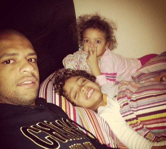 09 29 03 2013%2015 22 57 Felipe Melo ve ailesi