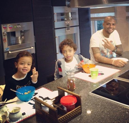 29 03 2013%2015 11 19 Felipe Melo ve ailesi