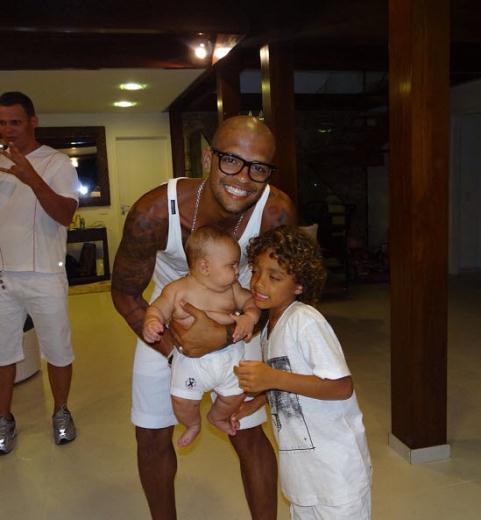 29 03 2013%2015 13 23 Felipe Melo ve ailesi