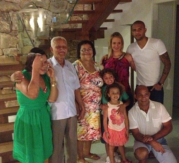 29 03 2013%2015 18 33 Felipe Melo ve ailesi